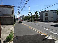 前面道路は広く、交通量が少なめなので、車の出し入れがしやすくなっています。
