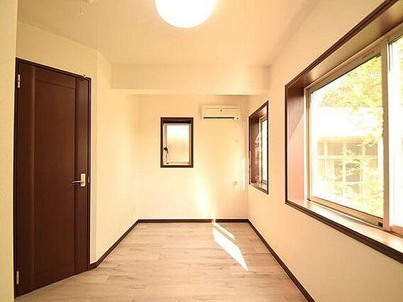 1階の広々洋室...