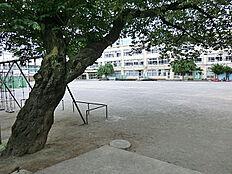高井戸小学校まで100m。 小さなお子様のいらっしゃる方も安心のこの距離。