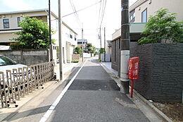 前面道路は4m道路となっております。交通量も少なく閑静な住宅街となっております。