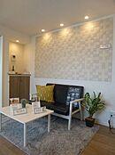 リビングの壁にエコカラット設置、デザイン性に加え空気清浄、調湿効果のあります。