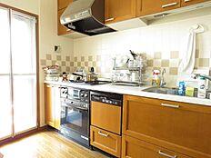 バルコ二―に面する明るいキッチン