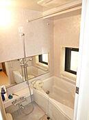 追い焚き機能や浴室乾燥機に加え窓もございます