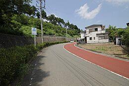 前面道路は幅13.5mなので、車の出し入れなど余裕をもって行えます。