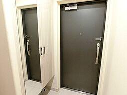 鏡面扉のシューズボックス。出かける前の服装チェックもしやすいですね。H29.11月