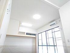 リフォーム済写真壁・天井をはがし躯体の状況確認をしたうえで工事をしています。約13帖のリビングに間取り変更いたしました。