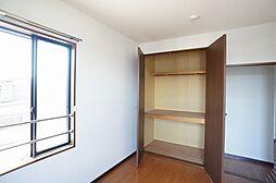 洋室収納天井まで荷物がしまえます奥行きもあってすっきり荷物が納まります