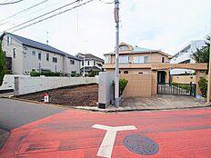 本地の北側も隣地の駐車場及び通路です。 北側隣地通路幅:約4m 一般道路の幅です。