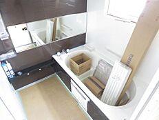 リフォーム中。1坪の浴室です。ハウステック製1坪タイプのユニットバスに交換しました。窓のサッシも新品に交換済みです。