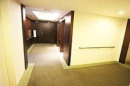 通路は、高級感を感じさせる内廊下タイプ