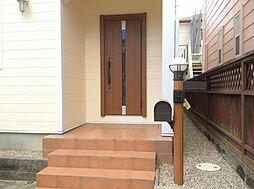 テラコッタの階段のカワイイ玄関