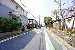 明るく広い道路でお車もゆっくりと駐車できます。