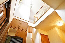 開放感のある吹き抜けの明るい玄関でお客様をお迎えできます。