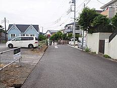 多摩モノレール・京王「多摩動物公園」駅徒歩約8分。京王「高幡不動」駅の利用も可能です。