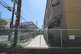 東側道路に面した駐輪場です。
