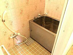 壁紙が印象的な浴室です。