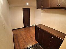 まずは対象不動産の玄関から。玄関から廊下へは余裕を持った空間となっています。