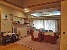 リビング約23帖、大型家具を設置しておりますが余裕があります。