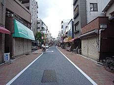 商店街の中にあり人通りが多い為、遅い帰り道も安心です