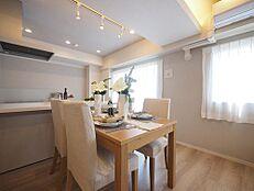 室内を快適な空間へ変える開放感あふれる美しい新緑が、室内から直接広がるダイナミックな景観として堪能できます。