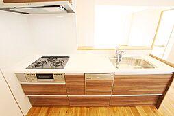 ビルトイン式の食器洗い乾燥機を標準設置しています。家事の手間を大幅に軽減してくれるお役立ちアイテムは、洗浄力が高いうえ、除菌効果にも優れています。弊社施工例です。