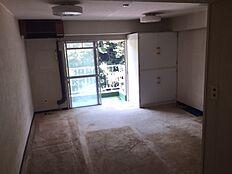洋室です。室内の家具家電は全て撤去しています。エアコンは年数が古いため、交換を推奨致します。