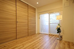 木目調のフローリングは置く家具を選ばず、お好きな家具やインテリアの組み合わせを楽しめます