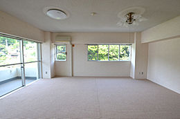 角部屋なのでどの居室にも窓があります。リビングには2面に開口部があります。