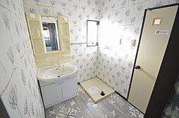 毎日が楽しくなる明るい洗面スペース。