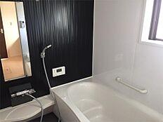 浴槽内ステップ付きで、半身浴や、親子入浴もゆったり、思いのまま。