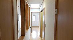明るい陽射しの降り注ぐ廊下。