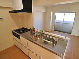 システムキッチン。3口コンロのため料理もはかどります。