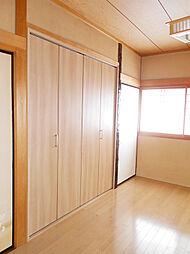 1階洋室には収納スペースがあります。