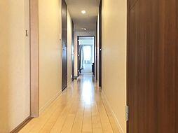 玄関からリビングへ続く廊下