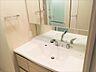 三面鏡裏収納付きの洗面化粧台。背面にはタオルや整髪剤の収納に便利なリネン庫がございます。収納豊富な為、洗面所をスッキリとした空間に保つ事が出来ます。