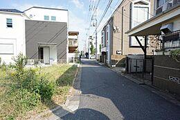 車通りの少ない前面道路です。