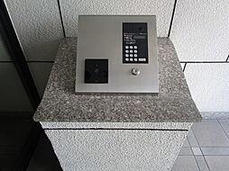 オートロックの入り口で防犯対策モニター付きで誰が来たのかすぐにわかって便利ですね。入り口前には管理人室もあります。(2019年7月30日)