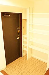 シューズラック付玄関です。可動棚なので好きな高さに調整可能。ロングブーツにも合わせられます