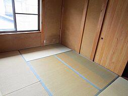 リフォーム中2階北側にある6畳の和室は、天井・壁はクロスを張り替え、床は畳表替え、襖障子張り替え、照明交換予定です。二階にも一間和室があると、寝室などに使えて便利ですよ。