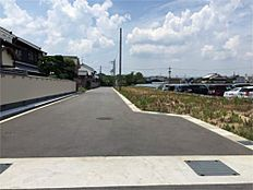 南側、開発道路約6mです。