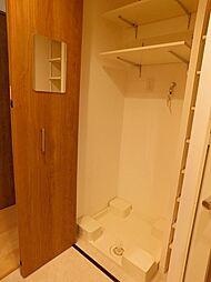 洗面室内に洗濯機置場があります。扉付で室内もすっきり見えます。