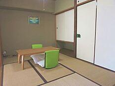 和室6畳のお部屋です。洋服入れと押し入れもあり収納も充実しております。
