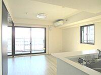 居間(2面採光の明るいLDK。窓からは開放的な景観が広がっています)