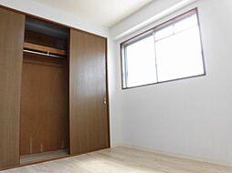 リフォーム済北側玄関脇洋室です。壁・天井クロス張替え、床クッションフロア張り、照明交換を行いました。クローゼットのあるお部屋で、西向きに陽が入るお部屋なので、寝室によさそうなお部屋です。