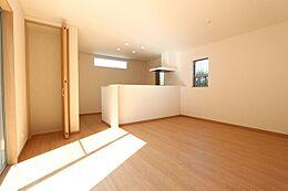 15.2帖のLDKは南向きの大変明るいお部屋です。カウンター横に便利な収納スペースを設置致しました。