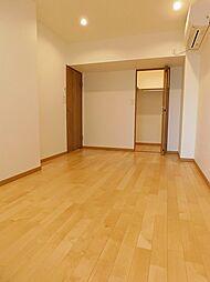 洋室1約7.4帖。ダウンライト照明のあるお部屋です。エアコン設置済。