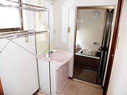 リフォーム前写真洗面脱衣所はキッチンからも廊下からも出入りができる、奥様に嬉しい2WAYタイプです。洗面化粧台の新品交換を行います。