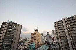 本住戸7階のバルコニーからの眺望です。前面に高い建物が無く、心地良い青空と吹きぬける風を感じて頂ける眺望はまさに贅沢ですね。