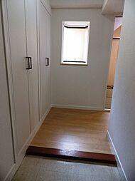 玄関には明り取りの出窓があります。