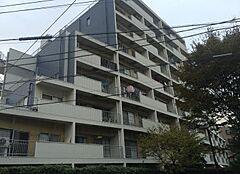 経堂駅より徒歩10分の好立地。閑静な住宅街に佇むマンション。